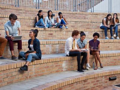 专家提议加快海外学生返澳入学,并增加他们的永久居留权人数。